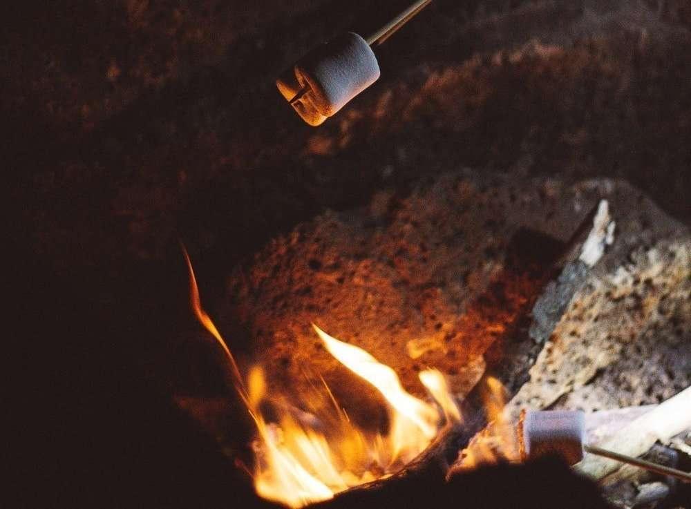 marshmallow arrostiti sul fuoco