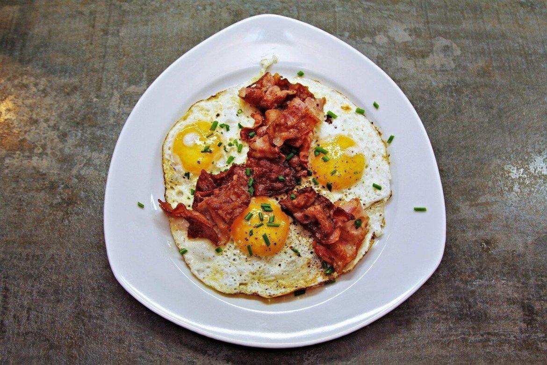 uova e bacon colazione americana